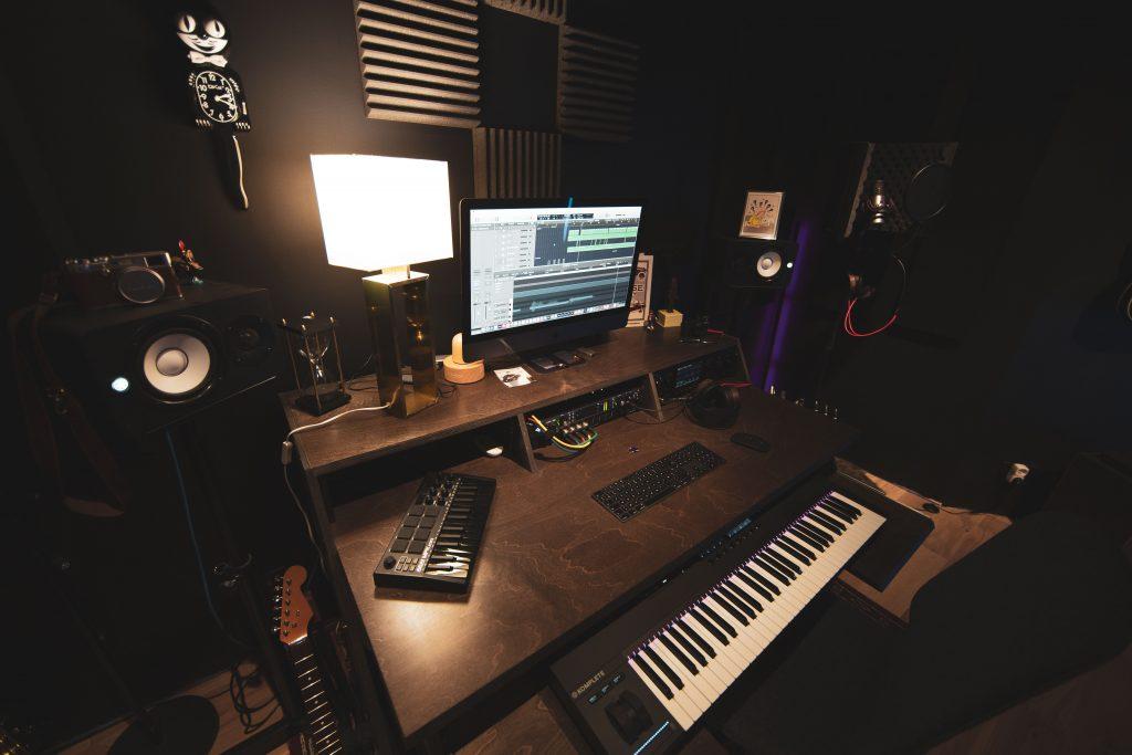 Bureau équipé pour l'enregistrement musical